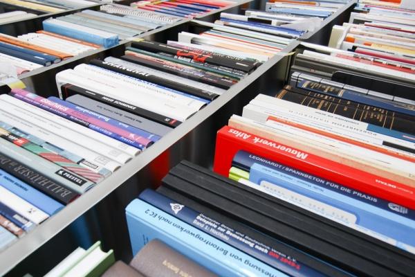 Gut sortiertes Bücherregal mit Literatur aus dem Bauweisen